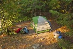 Site reculé de tente dans la région sauvage photographie stock
