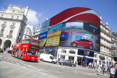 Site seeing bus passes large screen in piccadilly circus Royalty Free Stock Photography