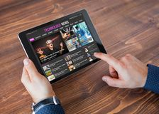 Site Web d'actualités de technologie d'échantillon sur le comprimé images libres de droits
