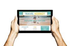 Site Web d'agence de voyages dans un écran de comprimé Mains tenant le comprimé avec le fond blanc photographie stock