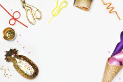 Site Web d'en-tête ou site Web de héros Cône, tubes pour des cocktails, confettis Maquette de fond de partie Gâteau avec des frai Photos libres de droits