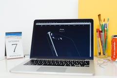 Site Web d'ordinateurs Apple présentant l'iPhone 7 d'actualités plus Images stock