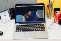 Site Web d'ordinateurs Apple présentant Tim Cook souhaitant la bienvenue à des invités Images libres de droits