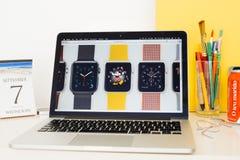 Site Web d'ordinateurs Apple présentant des bracelets et des visages de montre d'Apple Photographie stock libre de droits