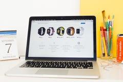 Site Web d'ordinateurs Apple présentant la gamme de montre de pomme Images libres de droits