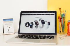 Site Web d'ordinateurs Apple présentant la nouvelle série 2 de montre d'Apple Image stock