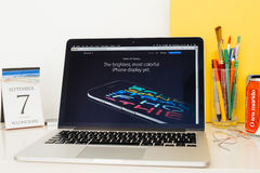 Site Web d'ordinateurs Apple présentant le nouvel écran d'iPhone Photographie stock libre de droits