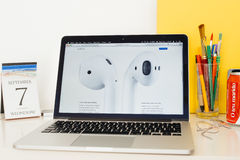 Site Web d'ordinateurs Apple présentant le robinet à Siri Photographie stock