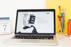 Site Web d'ordinateurs Apple présentant les apps de favori de dock Photos libres de droits