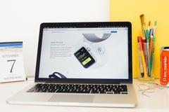 Site Web d'ordinateurs Apple présentant les généralistes de résistant à l'eau, Photo stock