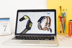 Site Web d'ordinateurs Apple présentant les hermes de bracelet de montre de pomme Image libre de droits