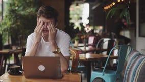 Site Web de jeune homme et causerie surfante, indépendant et blogger travaillant en tant que concepteur d'intérieur, fonctionneme banque de vidéos