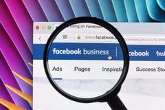 Site Web de page d'accueil d'affaires de Facebook sur l'écran de moniteur d'Apple iMac sous la loupe Facebook est le social de le Images stock