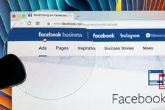 Site Web de page d'accueil d'affaires de Facebook sur l'écran de moniteur d'Apple iMac sous la loupe Facebook est le social de le Image libre de droits