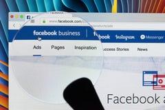 Site Web de page d'accueil d'affaires de Facebook sur l'écran de moniteur d'Apple iMac sous la loupe Facebook est le social de le Photographie stock libre de droits
