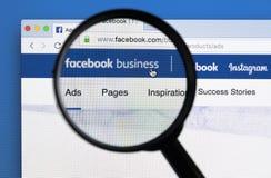 Site Web de page d'accueil d'affaires de Facebook sur l'écran de moniteur d'Apple iMac sous la loupe Facebook est le social de le Photos stock