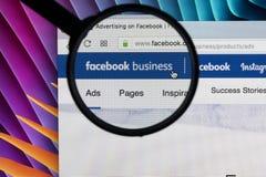 Site Web de page d'accueil d'affaires de Facebook sur l'écran de moniteur d'Apple iMac sous la loupe Facebook est le social de le Photo stock