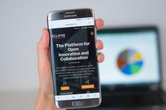 Site Web de société de base d'éclipse sur l'écran de téléphone photographie stock libre de droits