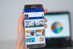 Site Web de société d'Aldi sur l'écran de téléphone photographie stock libre de droits
