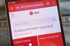 Site Web de version de German de navigateur de DPD Paket montré sur le smartphone caché dans la poche de jeans photos libres de droits