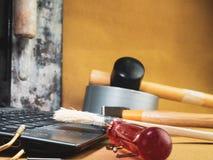 Site Web en construction Ordinateur portable avec le marteau, tournevis image stock
