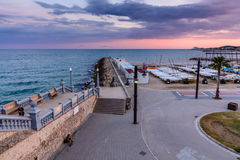 Sitges, Испания - 10-ое июня: Взгляд с пляжем Испании и прогулка Стоковые Фотографии RF