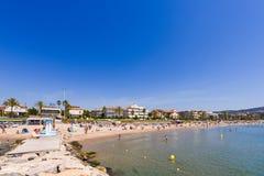 SITGES, CATALUNYA, ESPANHA - 20 DE JUNHO DE 2017: Ideia do Sandy Beach e do passeio Copie o espaço para o texto Fotos de Stock