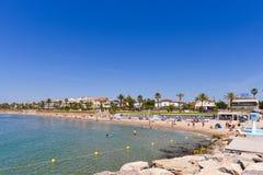 SITGES, CATALUNYA, ESPANHA - 20 DE JUNHO DE 2017: Ideia do Sandy Beach e do passeio Copie o espaço para o texto Fotos de Stock Royalty Free