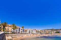 SITGES, CATALUNYA, ESPANHA - 20 DE JUNHO DE 2017: Ideia do Sandy Beach e do passeio Copie o espaço para o texto Foto de Stock
