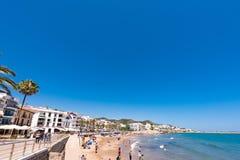 SITGES, CATALUNYA, ESPANHA - 20 DE JUNHO DE 2017: Ideia do Sandy Beach e do passeio Copie o espaço para o texto Fotografia de Stock Royalty Free