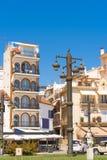 SITGES, CATALUNYA, SPANIEN - 20. JUNI 2017: Ansicht der Gebäude und der schönen Straßenlaterne Kopieren Sie Raum für Text Stockfoto