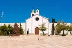 SITGES, CATALUNYA, SPANIEN - 20. JUNI 2017: Ansicht der Kirche von Ermita de Sant Sebastia Kopieren Sie Raum für Text Lizenzfreies Stockfoto