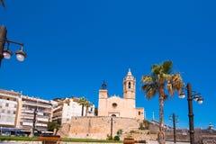 SITGES, CATALUNYA, SPANIEN - 20. JUNI 2017: Ansicht der Kirche von Sant Bartomeu und von Santa Tecla Kopieren Sie Raum für Text Stockbild