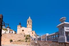 SITGES, CATALUNYA, SPANIEN - 20. JUNI 2017: Ansicht der Kirche von Sant Bartomeu und von Santa Tecla Kopieren Sie Raum für Text Stockfotos