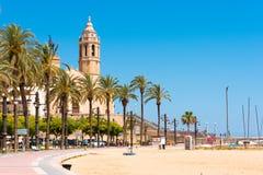 SITGES, CATALUNYA, SPANIEN - 20. JUNI 2017: Ansicht des Dammes und der Kirche von Sant Bartomeu und von Santa Tecla Kopieren Sie  Stockfotos