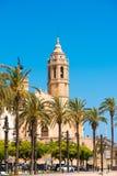 SITGES, CATALUNYA, SPANIEN - 20. JUNI 2017: Ansicht des Dammes und der Kirche von Sant Bartomeu und von Santa Tecla vertikal Stockbilder