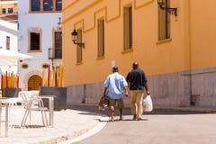 SITGES, CATALUNYA, SPANIEN - 20. JUNI 2017: Weg mit zwei Männern durch den historischen Stadtteil Kopieren Sie Raum für Text Lizenzfreie Stockfotografie