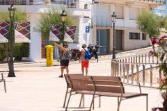 SITGES, CATALUNYA, SPANIEN - 20. JUNI 2017: Weg mit zwei Männern entlang der Promenade Stockbilder