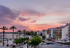 Sitges Spanien - Juni 10: Sikt med den Spanien stranden, byggnader och pr Arkivbilder