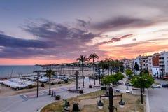 Sitges Spanien - Juni 10: Sikten med den Spanien stranden och promenad är Arkivfoto