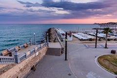 Sitges Spanien - Juni 10: Sikten med den Spanien stranden och promenad är Royaltyfria Foton