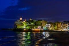 Sitges Spanien - Juni 10: Upplyst havskust och byggnader på Arkivfoto