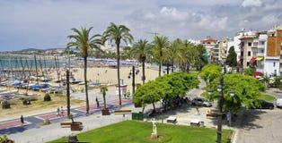 Sitges-Stadt in Spanien, Strand Platja Sant Sebastia in Mittelmeer Stockfotos