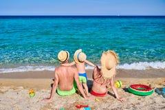 Семья на пляже в Греции стоковые фото