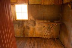 Sitio abandonado con el tablero del hierro en casa vieja Imagen de archivo