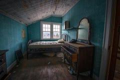 Sitio abandonado con un teléfono y un aparador viejos Fotos de archivo libres de regalías