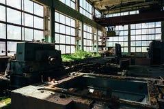 Sitio abandonado de la fábrica con las ventanas y el equipo grandes del hierro imágenes de archivo libres de regalías