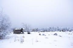 Sitio abandonado de la yarda en paisaje del invierno Imágenes de archivo libres de regalías