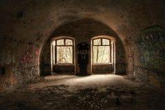Sitio abandonado del refugio con mucha pintada imágenes de archivo libres de regalías