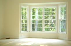 Sitio abierto y brillante con la ventana de bahía Imagenes de archivo